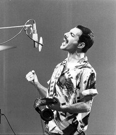 A black and white photo that sings! Freddie Mercury - Queen in studio recording - 1985 you can almost hear him, can't you! Queen Freddie Mercury, Freddie Mercury Tattoo, John Deacon, Queen Banda, Freddie Mercuri, Bryan May, Impression Poster, A Kind Of Magic, Roger Taylor