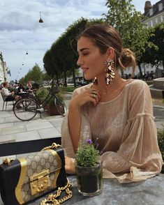 17 Photos With Big Statement Earrings Classy Outfits, Chic Outfits, Fashion Outfits, Fashion Trends, Look Fashion, Girl Fashion, Womens Fashion, Estilo Gigi Hadid, Pajamas All Day