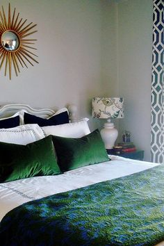 Gorgoeus Emerald Green Rooms and Pops of Color Emerald Green Rooms, Emerald Bedroom, Blue Green Bedrooms, Navy Bedrooms, Gold Bedroom, Bedroom Green, Dream Bedroom, Master Bedroom, Bedroom Decor