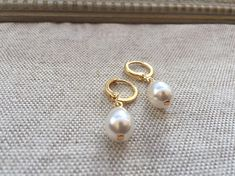 These timeless little earrings are made using Swarovski crystal pearl teardrops, which look and feel very nicely like real pearls, on gold-plated brass headpins and hinged hoop lever back earring findings. Amber Jewelry, Pearl Jewelry, Gold Jewelry, Jewelery, Baby Jewelry, Diamond Jewelry, Real Pearl Earrings, Amber Earrings, Pendant Earrings