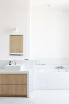 bianco e legno Delphine Imbert architecture intérieure Nantes Bathroom Inspiration, Contemporary Bathrooms, Brown Bathroom, Laundry In Bathroom, Bathroom Toilets, Bathroom Interior Design, Bathroom Decor, Interior, Shower Room