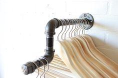 Rack con pantalla codazos ropa estante de la por CoronaConceptsCo