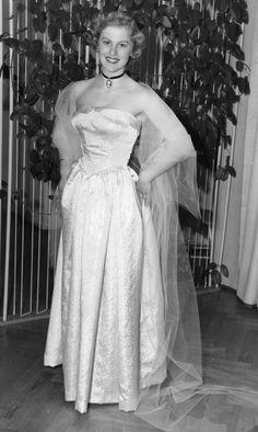 Armi Kuusela, Suomen neito osallistumassa Miss Universum -kisoihin vuonna History Of Finland, Sarah Berry, Old Hollywood Glamour, Beauty Pageant, Beauty Queens, Formal Dresses, Celebrities, Pageants, 1950s