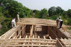Arquitectos y la comunidad local levantan escuela de barro y bambú en Pakistán (2)