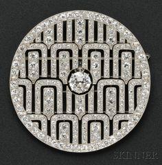 Francia, establecen con un viejo diamante Europeo de corte con un peso aprox. 1.75 cts., Establecen además con viejos europeo-y de un solo corte de diamantes, aprox. peso total de. 12,50 cts., Acentos millegrain, diá. 2 1/4 pulg., No. 566, 32, armadura removible para la conversión colgante, marca y garantía sello de fabricante francés, firmad