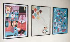 trois posters pour decorer une chambre de bebe un cirque avec un lion un abecedaire bleu et un personnage tenant des ballons