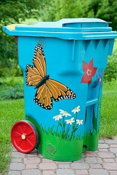 DIY compost bins are easy to make for your homestead, so it should be the last thing you have to worry about. Check out these DIY compost bins ideas and choose one that best fits your homestead. Diy House Projects, Garden Projects, Outdoor Compost Bin, Painted Trash Cans, Bokashi, Pot Jardin, Trash Art, Trash Bins, Recycling Bins