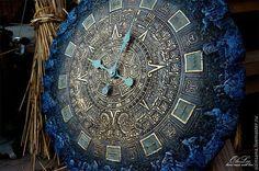 Купить или заказать Светящиеся часы 55 см Майянское золото в интернет-магазине на Ярмарке Мастеров. Настенные часы диаметр 55 см На заказ исполнение в любом цвете и размере Немецкий 12 часовой механизм или двадцатичетырехчасовой механизм на выбор В этой работе использован люминофор - ловушка для света время свечения около 10 часов есть бирюзовый или желто-лимонный цвет Размер часов начинатется от 55 см. стоимость 30000 Стоимость с люминофором + 2000 Стоимость транспортной упа…