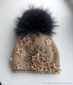Зимняя мериносовая шапка с цветами - купить или заказать в интернет-магазине на Ярмарке Мастеров | Зимняя двойная шапочка для девочки из Итальянской… Crochet Kids Hats, Baby Hats Knitting, Crochet Beanie, Crochet Baby, Knitted Hats, Knit Crochet, Baby Dress Patterns, Knitting Patterns, Baby Outfits