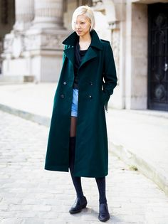 Denim shorts worn over black tights with a long dark green trench coat. Street Look, Street Chic, Street Style Looks, Street Wear, Fashion Week, Fashion Looks, Style Fashion, Green Trench Coat, Model Street Style