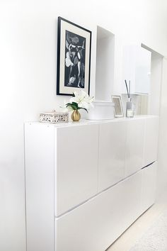 Meuble blanc peu profond à placer dans une entrée pour ranger ses chaussures. - White Furniture shallow to put in an entry for storing shoes.