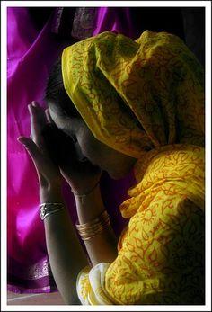 prayer.Em nosso silêncio oramos esperando que Deus nos ouça mas esquecemos de silenciar e ouvir o que ele tem a dizer. E ele nos fala todos os dias, não desiste de nós.  Rosi Coelho