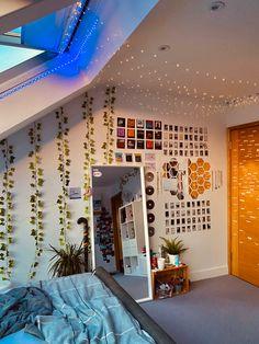 Room Design Bedroom, Room Ideas Bedroom, Bedroom Decor, Bedroom Inspo, Indie Room Decor, Teen Room Decor, Pinterest Room Decor, Neon Room, Retro Room