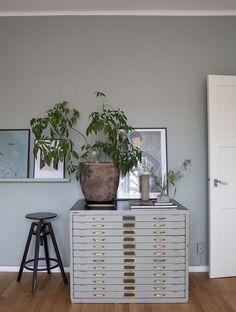 via Coco Lapine Design blog Office Space Design, Home Office Space, Office Spaces, Apartment Interior, Studio Apartment, Ikea Pictures, Corner Office, Interior Decorating, Interior Design