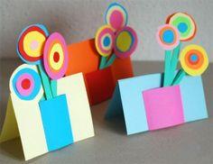 Muy práctica. Esta tarjeta con flores de cartulina es una de las manualidades para el día de la madre que puedes hacer junto a tus niños. ¡Es vistosa y realmente fácil!