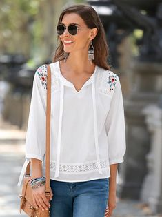 Strips to knot caftan and the sleeve in the neckline. Entredós of trimming in shoulders and under. Yoke embroidered in forward. Embroidery On Clothes, Crochet Fashion, Cute Tops, Casual Tops, Blouse Designs, Blouses For Women, Cute Outfits, Fashion Outfits, Sleeves