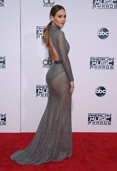 La modelo Hannah Davis con un insinuante vestido gris con body y sobrecuerpo semitransparente de Naeem Khan durante los AMA.