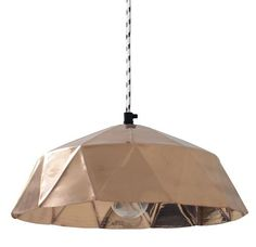 Deze koperen hanglamp geinspireerd op de vorm van een diamant is wel een echte topper uit de HKliving collectie. Voorzien van een dik zwart/wit strijkijzer snoe