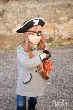 Disfraz de pirata: 8 ideas para un disfraz casero | Pequeocio.com Disfraz Star Wars, Halloween Disfraces, Captain Hat, Crafts For Kids, Costumes, Hats, School, Diy, Fashion