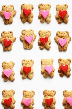 Quick and easy treat using store-bought cookies, Heart-hugging Valentine's Day teddy grahams.Great idea for classroom party treats. Valentine Desserts, Valentines Day Treats, Kids Valentines, Easter Treats, Valentine Ideas, Low Carb Peanut Butter, Peanut Butter Fudge, Valentine's Day Quotes, Teddy Grahams
