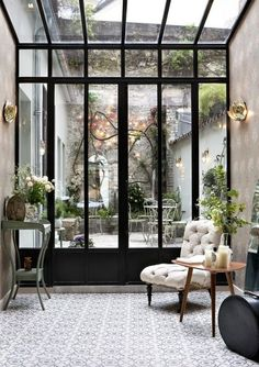 Pretty courtyard - wonderful solution where a large glass window opening onto a pleasant patio. The beautiful tiles in the sun room bring a southern touch.