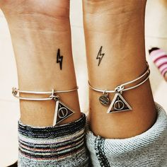 ▷ 1001 + ideas for best friend tattoos to celebrate your friendship with small lightning, wrist tattoos, friendship tattoo ideas, deathly hallows bracelets, harry potter isnpired Creative Tattoos, Unique Tattoos, Small Tattoos, Small Harry Potter Tattoos, Awesome Tattoos, Tattoos Infinity, Wrist Tattoos, Sleeve Tattoos, Arrow Tattoos