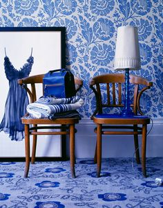 Cornflower Blue inspired wallpaper and rug in the living room, interiors ideas