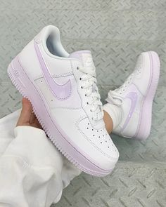 This Purple Iridescent brings a new, feminine look to the silhouette, the sneaker boasts a white leather upper, mixed in with tinted purple Swooshes and branded details alongside a very… Cute Nike Shoes, Cute Nikes, Cute Sneakers, Shoes Sneakers, Girls Sneakers, Colorful Nike Shoes, Shoes Jordans, Best Sneakers, Converse Shoes