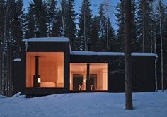 Villa en croix en Finlande On pourrait y voir une connotation ou une symbolique mais rien de cela, cette maison en croix vitrée à chaque extrémité, a simpl