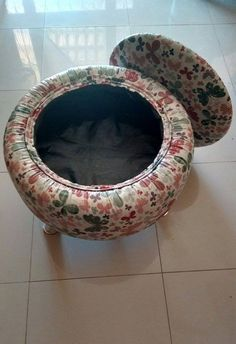 Foot stool with inside compartment. I would like to make a couple of these with taller legs for a shoe seat at the front door. Put your shoes inside. Tire Furniture, Diy Furniture Projects, Upcycled Furniture, Furniture Makeover, Diy Projects, Tire Table, Tire Chairs, Diy Wall Decor, Diy Home Decor