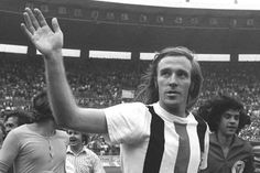 Günter Netzer bids farewell to the Borussia Mönchengladbach fans after his last match for the club in the 1973 DFB Cup final against Köln, a game he decided in his club's favor with a stunning goal. Netzer played 230 matches for Gladbach and scored 82 goals.