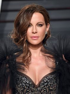 Kate rocked feathered shoulders at the Vanity Fair Oscars afterparty in February 2017. Underworld Kate Beckinsale, Red Carpet Hairstyles, Celebrity Hairstyles, Cool Hairstyles, Celebrity Beauty, Celebrity Photos, Celebrity Style, Curly Bun, Red Carpet Makeup