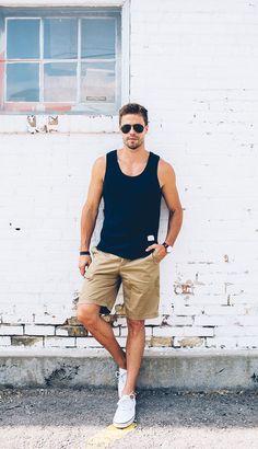 A regata com bermuda ou shorts é a melhor escolha para um visual praiano.