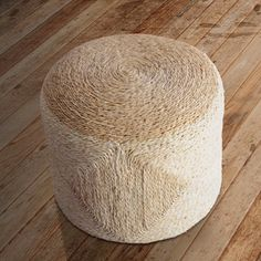 Muebles y complementos de fibra - Puff artesano de esparto de Lapety.es 195 euros.
