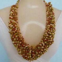 Maxi colar feito com contas de madeira coloridas. R$ 14,00