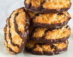 Biscoitos crocantes de coco. Confira essa receita no site Minha Vida.