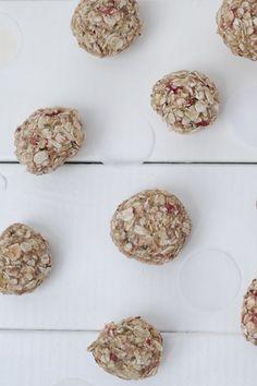 Baby Led Weaning Rezept: Haferflockenbällchen, geeignet für Babys ab sechs Monaten. Gesund, lecker und praktisch für unterwegs. Baby Led Weaning, Snacks, Cereal, Babys, Vegan, Breakfast, Panama, Food, Baby Recipes