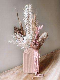Dried Flower Arrangements, Vase Arrangements, Flower Vases, Dried Flowers, Paper Flowers, Bunny Tail, Arte Floral, How To Preserve Flowers, Flower Decorations