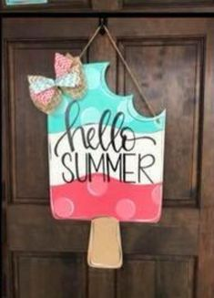 Excellent Free of Charge summer Door Hanger Concepts For the uninitiated, door hangers are those advertisements that people leave hanging on your front d Cute Crafts, Crafts To Make, Diy Crafts, Summer Crafts, Holiday Crafts, Diy Summer Projects, Burlap Door Hangers, Wood Door Hanger, Wood Cutouts