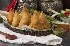 Ingrédients : Ingrédients pour la pâte 200g de farine – 50 g de semoule – 100ml d'eau – 2 cuillères à soupe d'huile d'olive – Sel – 2 cuillères à café de curcuma – facultatif Ingrédients pour la farce 150g de boeuf haché – 2 pommes de terre – 2 petits oignons – 1 gousse Indian Samosas, Tapas, Savory Snacks, Crepes, Guacamole, Food And Drink, Ethnic Recipes, Ramadan, Brick