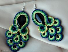 peacock inspired Soutache Earrings Peacock Earrings, Diy Earrings, Soutache Pattern, Soutache Necklace, Jewelry Patterns, Shibori, Beaded Embroidery, Handcrafted Jewelry, Jewelry Crafts
