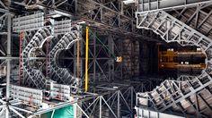 nasa-2 > As plataformas inferiores são as plataformas de trabalho nível K. Acima delas, estão as plataformas de trabalho nível J […] a cerca de 34 metros acima do chão, ou quase 11 andares de altura. A plataforma recém-instalada vai completar o segundo dos 10 níveis de plataformas de trabalho que vão rodear e dar acesso ao foguete SLS e à espaçonave Orion para a Exploration Mission 1. O Ground Systems Development and Operations Program está supervisionando atualizações e modificações ao VAB.