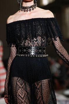 Sfilata Alexander McQueen Parigi - Collezioni Primavera Estate 2017 - Dettagli - Vogue