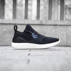 Nike Lunar Charge Premium Black Uno de los últimos híbridos salido de los estudios de diseño de #Nike es la #lunarcharge. Una zapatilla que combina partes de modelos como la #Presto la #AM90 o la #AirCurrent para completar una silueta con un estilo contemporáneo y pensada para el día a día gracias a su comodidad. Disponible en nuestras tienda y #online.