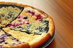 Recept na Frgál. Typický valašský koláč, velký tenký a kulatý, zdobený povidly, tvarohem, hruškami, mákem...