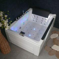 Evadez-vous à bord de cette spacieuse baignoire balnéo pour 2 personnes. Laissez-vous bercer par les jets de massage et par la lumière diffusée par la chromothérapie dans toute votre salle de bain.