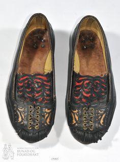 Håndsydde sko til mann i mørke brunt lær med utklypte applikasjonar, snøring og duskar. Folk Clothing, Dusk, Moccasins, Norway, Loafers, Textiles, Flats, Embroidery, History