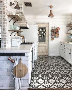 50 new ideas farmhouse kitchen floor tile shelves Classic Kitchen, Farmhouse Style Kitchen, Rustic Kitchen, Country Kitchen, Farmhouse Decor, Country Farmhouse, Vintage Kitchen, Kitchen Tile, Kitchen Flooring