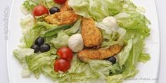 Sałata lodowa z kurczakiem, mozarella,  pomidorami i oliwkami