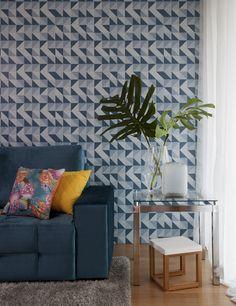 Sofá azul com papel de parede azul? Super deu certo nesse cantinho da sala de estar :) As almofadas e as mesas laterais completaram o ambiente.